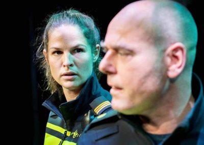Sophie Schut en Pieter van der Sman in 'Rauw', een voorstelling over leven en werk bij de Nationale Politie